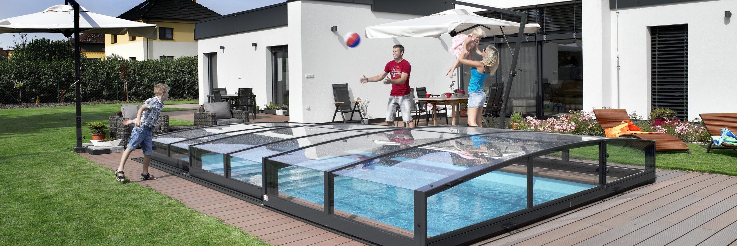 Teilweise aufgeschoben verschiebbare Poolüberdachung Viva