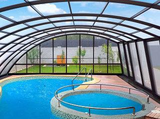 Der Innensicht in die Poolüberdachung RAVENA