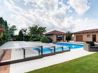 Die neidrigste Schwimmbadüberdachung Terra ist eine perfekte Gartenergänzung.