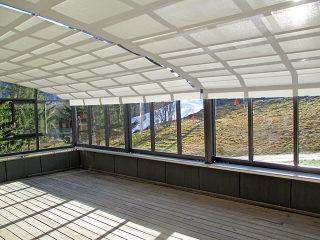 Die Schiebeüberdachung für Hotels, Restaurants oder Cafés bietet ALUKOV mit eigenem maßgefertigtem Beschattungssystem