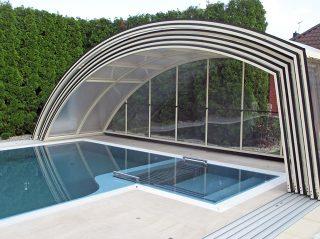 Geöffnete Schwimmbadüberdachung Ravena