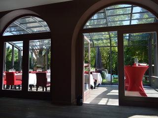 Mit der aufschiebbaren Gastgartenüberdachung von ALUKOV gewinnen Sie längere Saison und mehr Umsatz