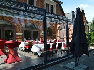 Mit der Schiebeüberdachung von Alukov haben Sie auf Ihrem Gastgarten mehr Platz für Gäste