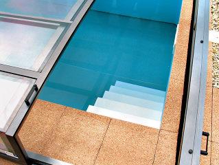 Schwimmbadüberdachung VIVA™ mit der offenen Tür