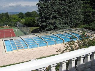 Schwimmbadüberdachung VIVA™ mit silberen Profilen und kompaktem Polykarbonat