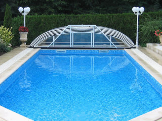 Poolüberdachung ELEGANT in heller Variante komplett aufgeschoben