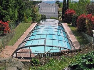 Aufschiebbare Poolüberdachung Elegant mit kompaktem Polykarbonat und Alu-Profilen im Anthrazit