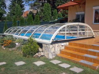 Beliebte Poolüberdachung ELEGANT von Alukov in heller Variante