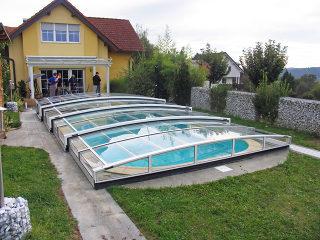Ungestörte Gartenaussicht mit IMPERIA NEO Poolüberdachung von Alukov
