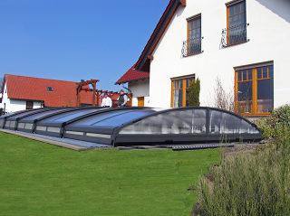 IMPERIA NEO Ein der niedrigen Poolüberdachungsmodelle