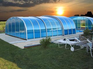 Die Poolüberdachung LAGUNA mit dem blauen Polykarbonat