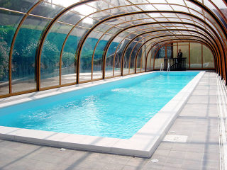 Schwimmbadüberdachung LAGUNA im Holzdekor