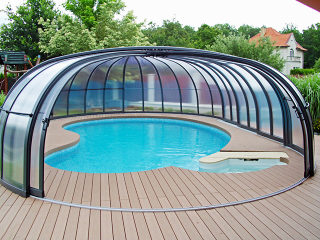 Die teilweise aufgeschobene Poolüberdachung OLYMPIC™ von Alukov