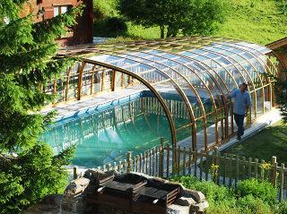 Die geräumige Schwimmbadüberdachung OLYMPIC™ von Alukov