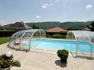OLYMPIC™ Poolüberdachung in der hellen Variante passt ideal zu der Umgebung