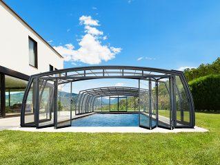 OMEGA™ Premium Poolüberdachung mit der offenen Tür