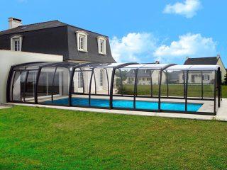 Geräumige Poolüberdachung OMEGA am Haus montiert