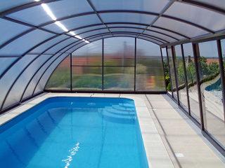 Der Innenblick in der RAVENA Poolüberdachung