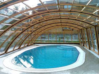 Schwimmbadüberdachung - RAVENA mit Alu-Profilen im Holzdekor