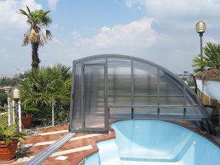 Poolüberdachung RAVENA passt zu dem atypischen Schwimmbad sehr schön.