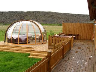 Überdachung ORIENT im Holzdekor passt ideal zur Landschft