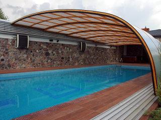 Poolüberdachung STYLE™ im Holzdekor