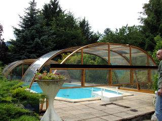 Offene Poolüberdachung TROPEA mit Profilen im Holzdekor und kompaktem Polykarbonat