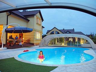 Schwimmbadüberdachung TROPEA der NEO Serie ganz offen
