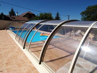 Mittelhohe Schwimmbadüberdachung TROPEA mit dem durchsichtigen Polykarbonat