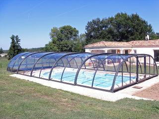 Mittelhohe Schwimmbadüberdachung TROPEA von Alukov