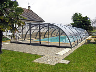 Schwimbadüberdachung TROPEA mit Alu-Profilen im Anthrazit