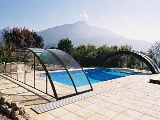 Transparentes Polykarbonat bei der Schwimmbadüberdachung UNIVERSE macht einen sehr leichten Eindruck