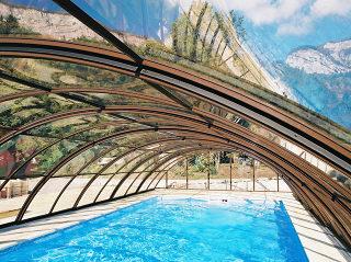 Mittelhohe Schwimmbadüberdachung UNIVERSE im Holzdekor