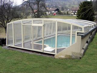 Poolüberdachung VENEZIA bietet genug Platz um den Pool herum