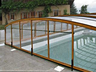 Schwimmbadüberdachung VENEZIA mit Alu-Profilen im Holzdekor und kompaktem Polykarbonat