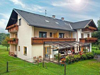 Schiebeüberdachung CORSO Premium für HORECA in einem österreichischen Berg-Pension