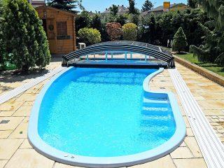 Schwimmbadüberdachung Imperia mit atypischem Schwimmbecken.