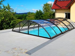 Schwimmbadüberdachung Universe mit transparentem Polykarbonat