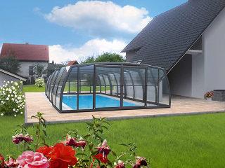 Sehr beliebte hohe Poolüberdachung OMEGA von ALUKOV Austria