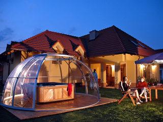 Romantischer Abend dank der Whirlpoolüberdachung SPA DOME ORLANDO®
