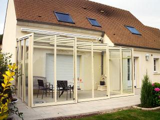 Helle saubere Variante der Terrassenüberdachung CORSO GLASS passt perfekt zum Haus