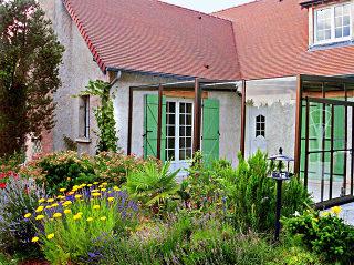 Aufschiebbare Terrassenüberdachung CORSO ULTIMA passt ideal auch zum traditionelem Haus