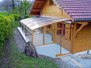 Terrasse mithilfe der Schiebeüberdachung überdacht