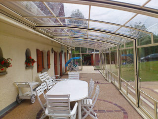 Helle geräumige Terrassenüberdachung CORSO Premium