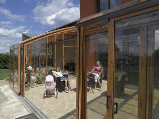 Praktische aufschiebbare Terrassenüberdachung im Holzdekor