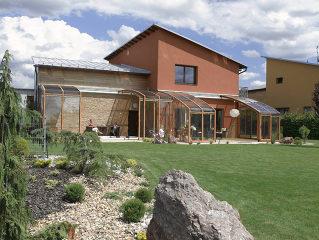 Mit Schiebeüberdachung CORSO Ihren Garten auch beim Regen genießen.