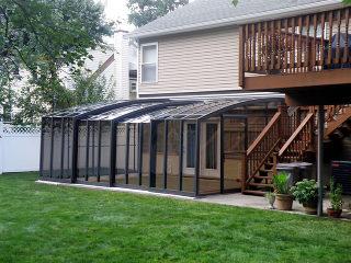 Dunkle Ausführung der Terrassenüberdachung bietet mehr Intimität.