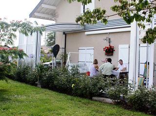 Offene Terrassenüberdachung mit verschiebbaren Segmenten