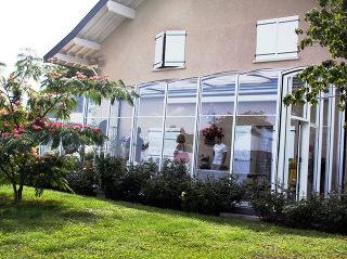 Zum Haus sehr gut passende Terrassenüberdachung CORSO von Alukov