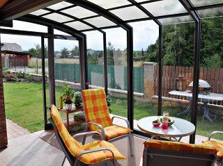 Optisch leichte und gemütliche aufschiebbare Terrassenüberdachung